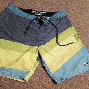 Billabong board shorts // SIZE 28